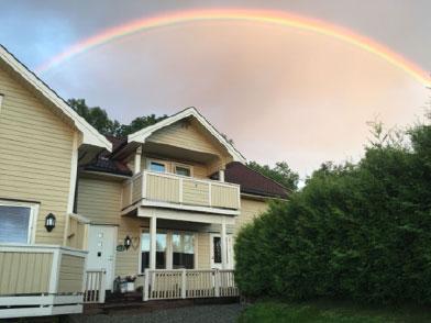 enebolig med regnbue over